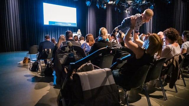 Rund 130 Mütter, Väter, Experten und Medienschaffende diskutierten am ersten SRF Familien-Forum über die aktuellen Herausforderungen an das Familienleben in der Schweiz.