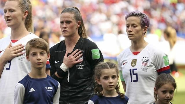 US-Fussballerinnen während der Hymne vor einem Spiel.