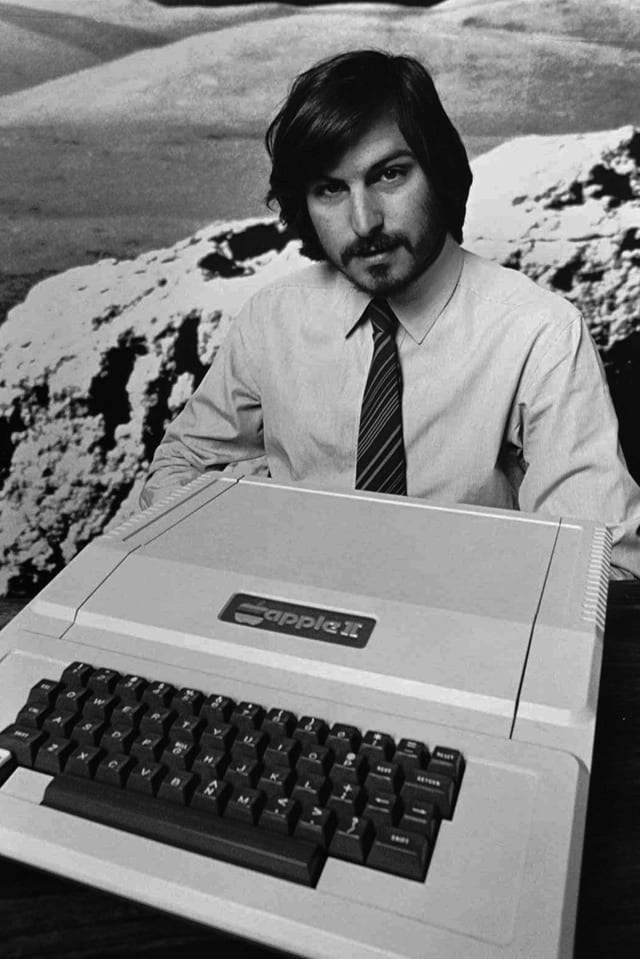 Steve Jobs mit einem Applecomputer.