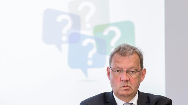 Philippe Menoud, dahinter Fragezeichen.