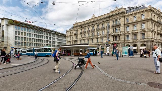 Blick auf den Paradeplatz in Zürich mit UBS- und CS-Gebäude.