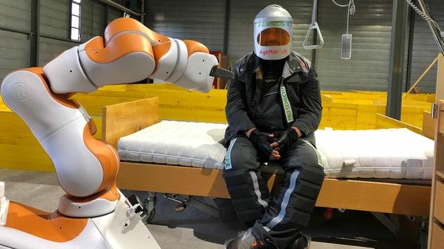 Roboter will Mann einen Becher geben