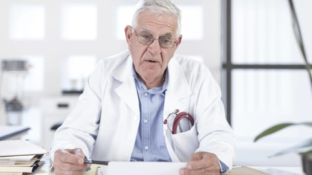 Älterer weisshaariger Arzt