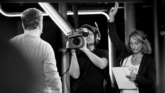 Kameramann und Aufnahmeleitung bei der Arbeit im Comedy aus dem Labor.
