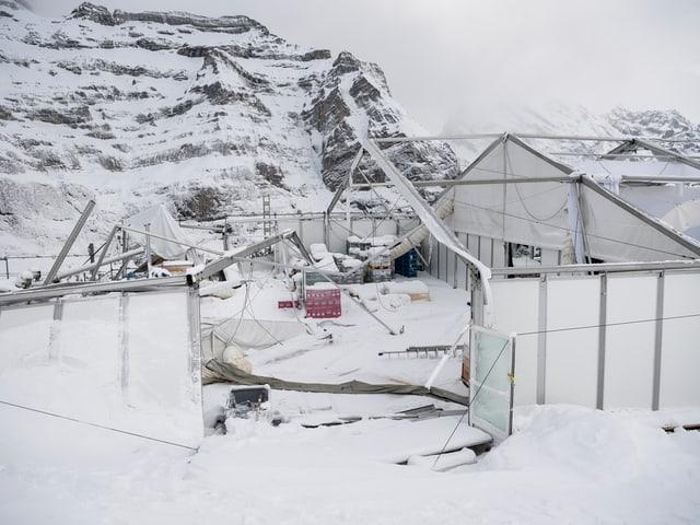 Zerstörte Zeltkonstruktion im Schnee