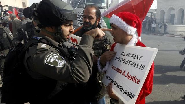 Polizist und Demonstrant.