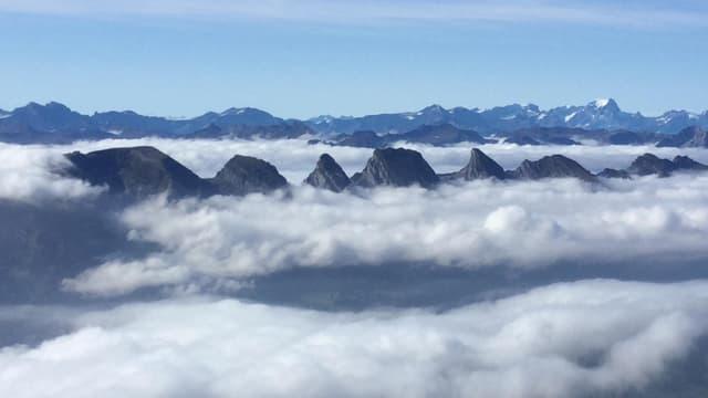 Blick vom Säntis auf Nebelbänder, aus denen die Churfirsten nur mit Mühe herausragen.