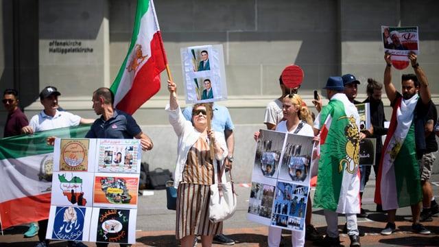 Demonstranten mit Fahnen