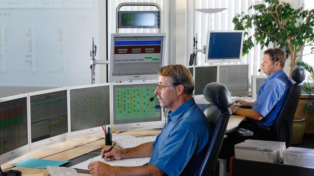 Zwei Disponenten vor Computerbildschirmen in der Leitstelle des ZVV