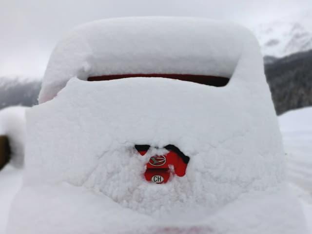 Auto unter ganz viel Neuschnee. Man sieht es kaum.