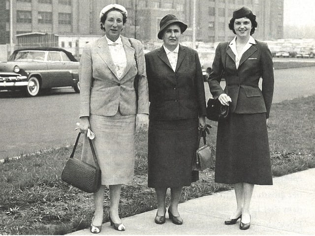 Drei Frauen auf einem Schwarzweiss-Foto auf einem Bürgersteig in den USA.