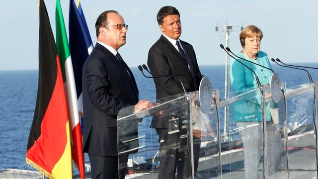 François Hollande, Matteo Renzi und Angela Merkel sprechen an einer Medienkonferenz auf einem Flugzeugträger vor der italienischen Insel Ventotene. (reuters)