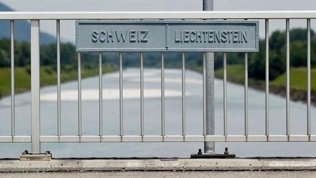 Geländer der Rheinbrücke an welchem die Namen der Schweiz und Liechtenstein angebracht sind