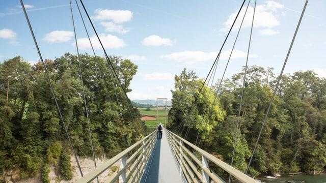 Der Blick von einer Brücke auf das Ende. Am der anderen Seite sind Bäume und Landschaft zu sehen.
