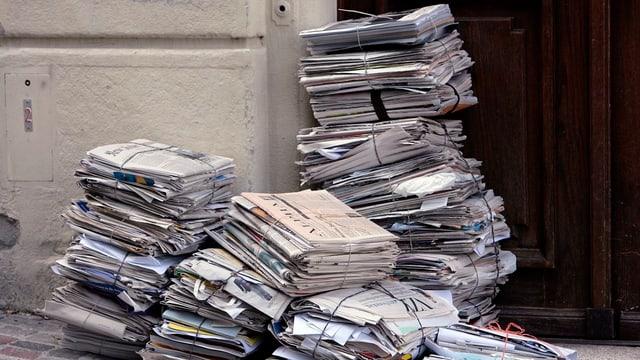 Papierbündeli vor Haustür.