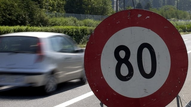 80er Tafel an der Autobahn