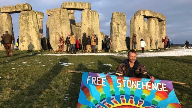 Ein Hippie protestiert vor Stonehenge.