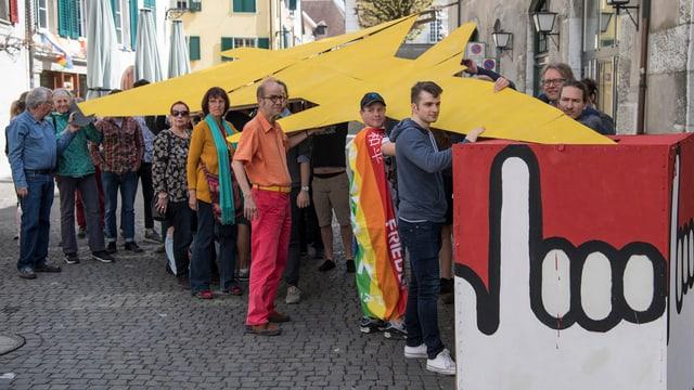 Activists vulan deponar modell da jet da palipri en in'urna.