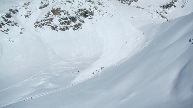 Nach dem Niedergang eines Schneebrettes im Gebiet von Touno bei St-Luc (VS) sind Helfer im Einsatz vor Ort.
