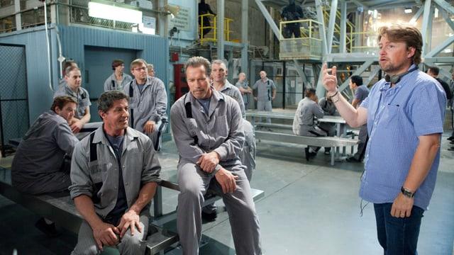 Mikael Håfström, Stallone und Schwarzenegger in Gefängnisdeko.