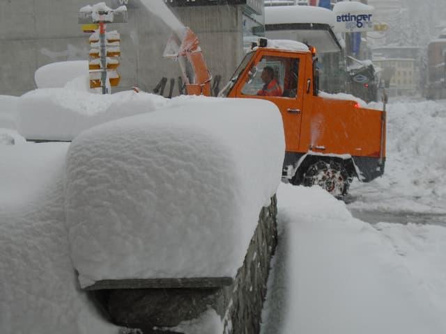 Eine Schneeschleuder räumt den Schnee weg.