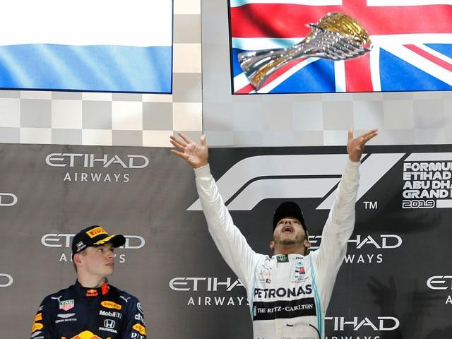 Lewis Hamilton, beobachtet von Max Verstappen (l.).