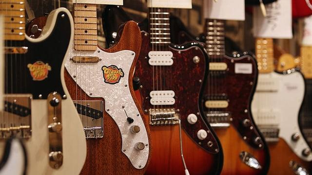 E-Gitarren hängen an der Wand