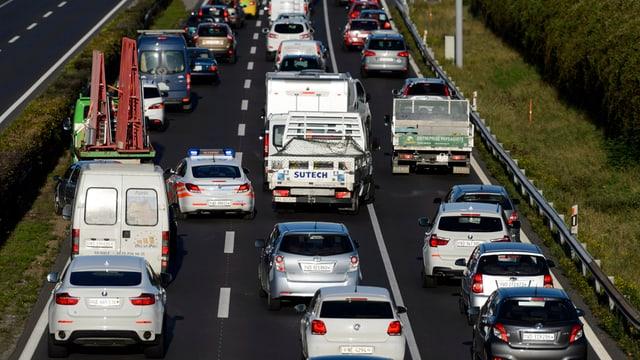 Autobahn mit 3 Spuren in eine Richtung und vielen Autos (Stau)