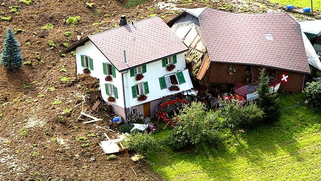Ein Bauernhaus in Schüpfen im Kanton Luzern ist von einem Murgang zusammen gedrückt worden.