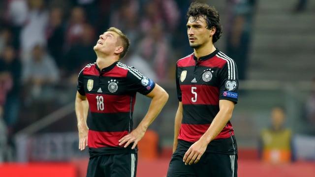 Toni Kroos und Mats Hummels schleichen nach der 0:2-Niederlage gegen Polen mit hängenden Köpfen vom Platz.