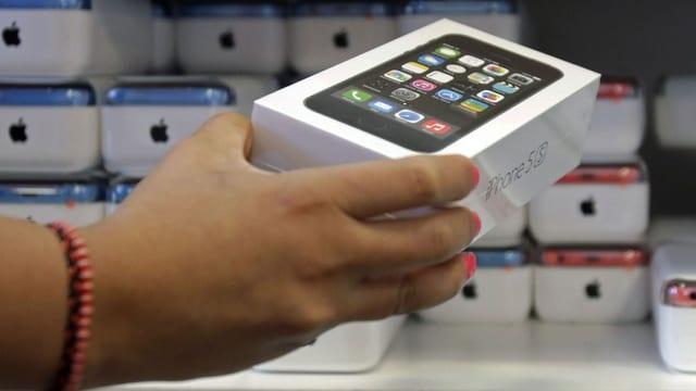 Ein Mann nimmt eine iPhone5s-Verpackung aus dem Regal