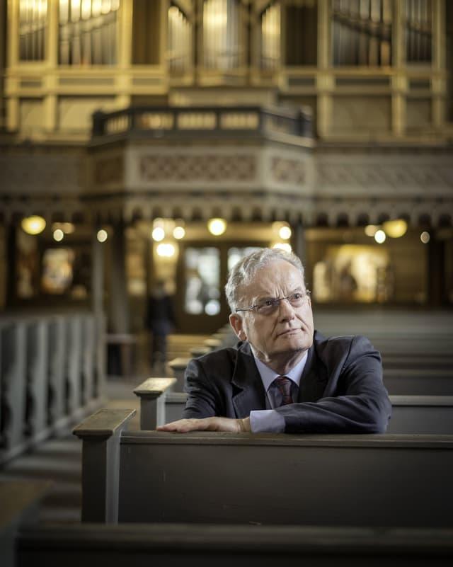 Ein Foto von Friedrich Schorlemmer, er sitzt in einer Kirche.