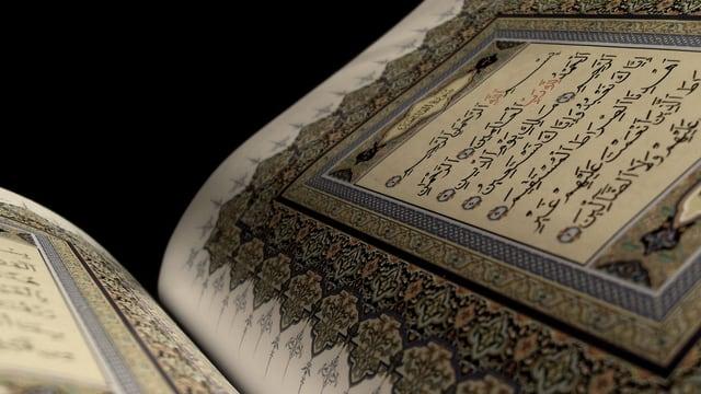 Blick auf eine geöffnete Doppelseite des Korans.