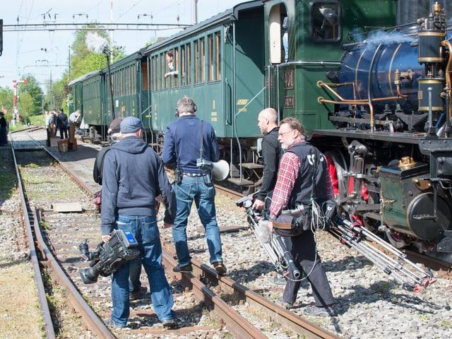 Kameramann, Tontechniker vor Dampfbahn am Bahnhof