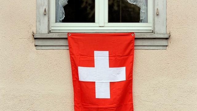 Schweizer Flagge an einem Fenster.