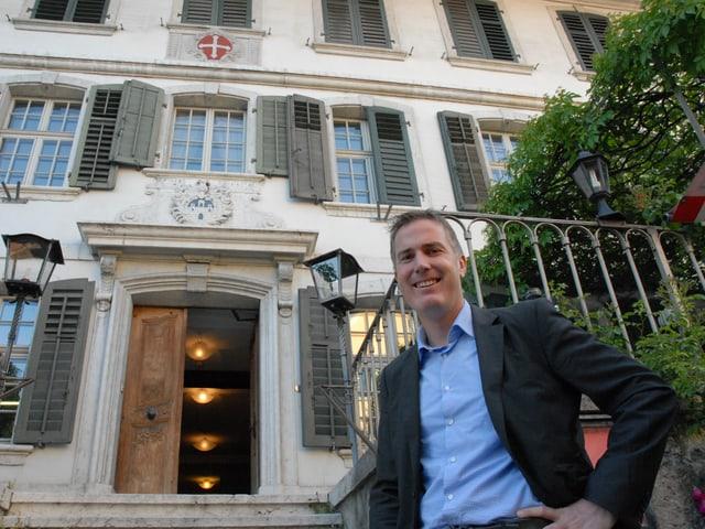 Marc Guggenbühler vor dem Eingang des Gasthofes Kreuz