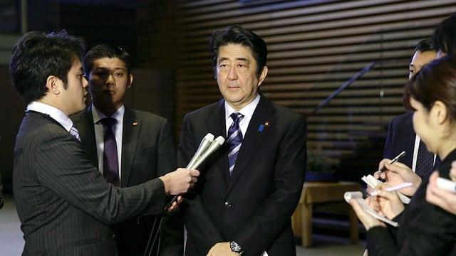Japans Premierminister Shinzo Abe spricht mit Journalisten über ein Video der Terrormiliz IS.