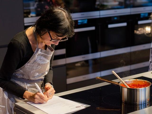 Kochneuling Michelle Veliu schreibt Schritt für Schritt auf.
