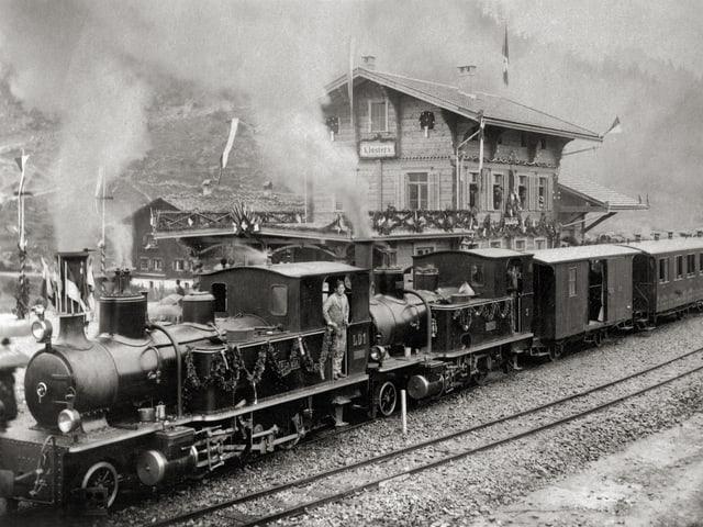 Im Jahr 1889 fährt der Eröffnungszug der ersten Teilstrecke von Landquart nach Klosters in den Bahnhof Klosters ein.