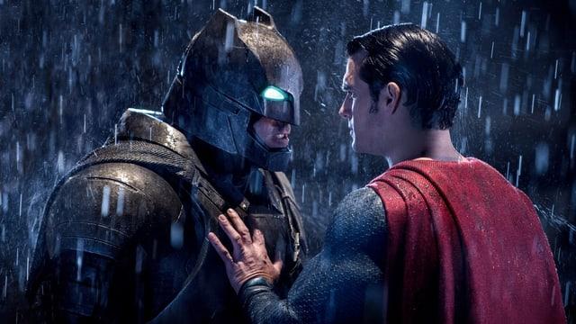 Das Bild zeigt Batman und Superman, die einander anschauen.