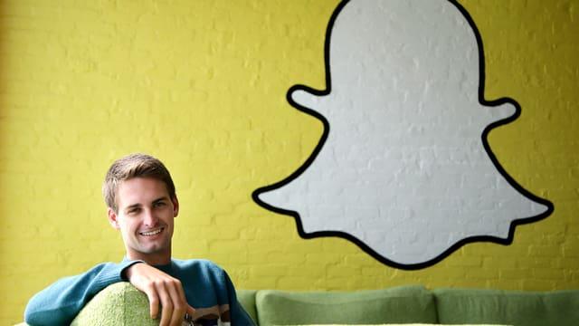Evan Spiegel vor Snapchat-Logo.
