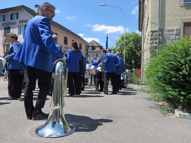 Musikant stützt sich auf seiner Tuba ab
