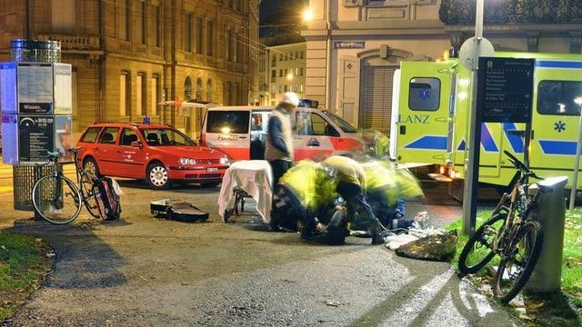 Sanitäter kümmern sich um Verletzten
