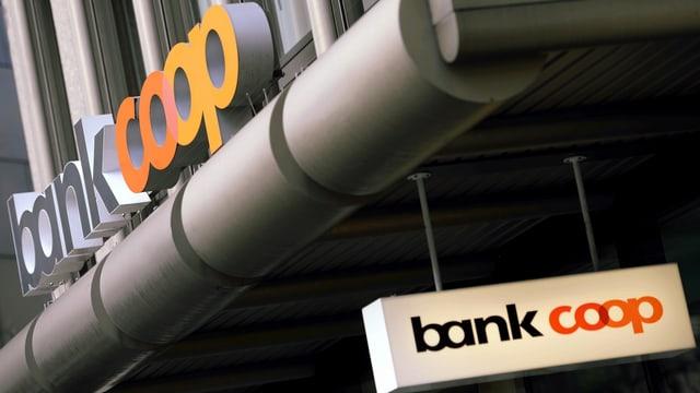 Bank Coop-Logo an einer Häuserfassade.