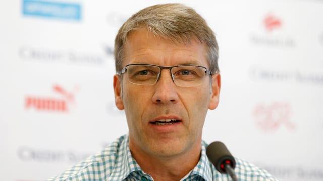 Peter Knäbel spricht in ein Mikrofon.