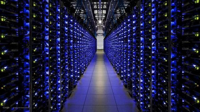 Symbolbild: Computerserver in blauem licht in einer Reihe.