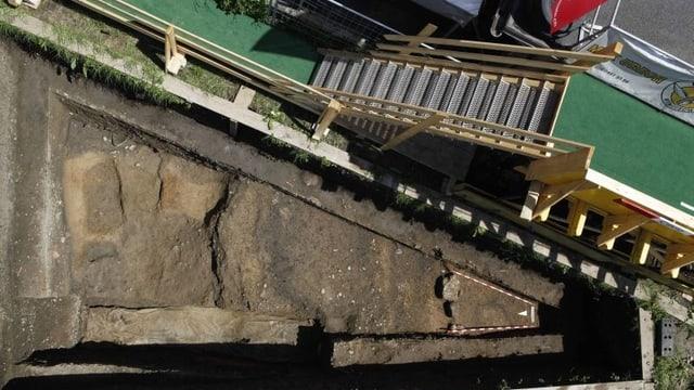Blick auf ein Grabungsfeld am östlichen Rand des Grabungsareals. Zu sehen sind verschiedene Holzbaubefunde und Gruben aus der 1. Hälfte des 1. Jh. n. Chr.