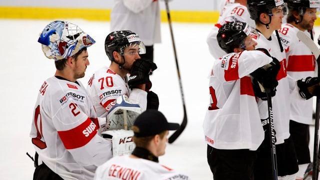 giugaders da hockey svizzers suenter la terrada.