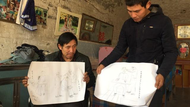 Sohn und Vater zeigen Zeichnungen der Foltermethoden