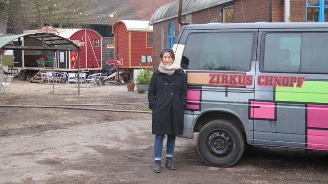 Sandra Hollenstein vor einem Wohnwagen des Zirkus Knopf